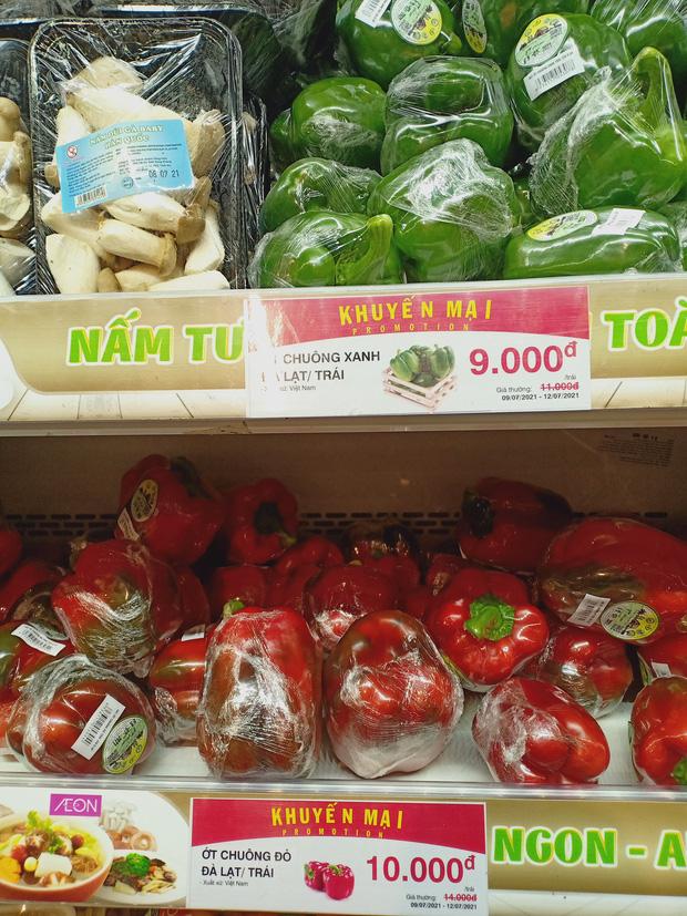 Trái ngược với cảnh trống trơn, các kệ siêu thị lại đầy ăm ắp rau củ, cá tôm trong ngày đầu TP.HCM giãn cách xã hội - Ảnh 21.