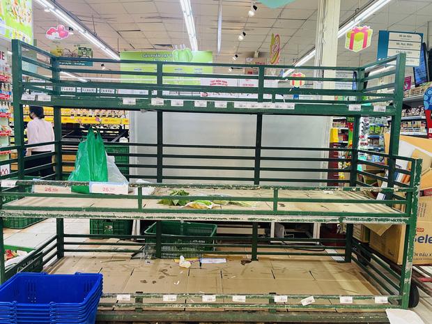 Trái ngược với cảnh trống trơn, các kệ siêu thị lại đầy ăm ắp rau củ, cá tôm trong ngày đầu TP.HCM giãn cách xã hội - Ảnh 4.