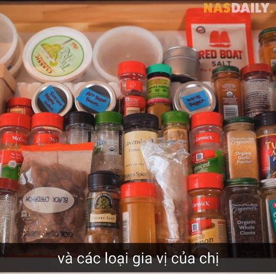 Vua đầu bếp Mỹ gốc Việt - Christine Hà hiếm hoi hé lộ căn bếp và cách sắp xếp vị trí từng lọ gia vị hoàn toàn khác với người bình thường - Ảnh 5.