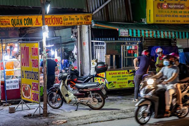 Ảnh, clip: Tấp nập những đơn hàng bán mang về cuối cùng ở Sài Gòn trước giờ giãn cách toàn thành phố - Ảnh 7.