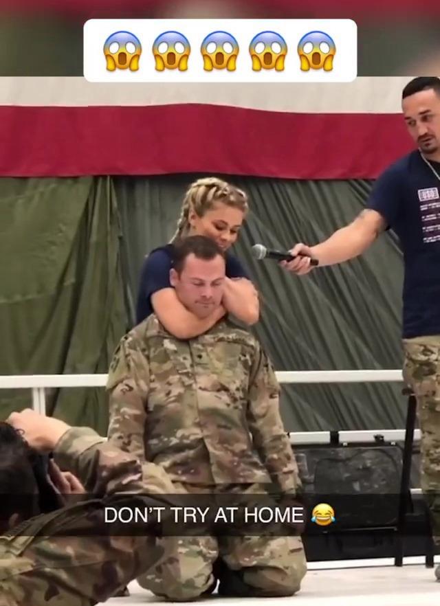 Paige VanZant vô tình khóa gục lính đặc nhiệm Mỹ trong một buổi biểu diễn - Ảnh 2.