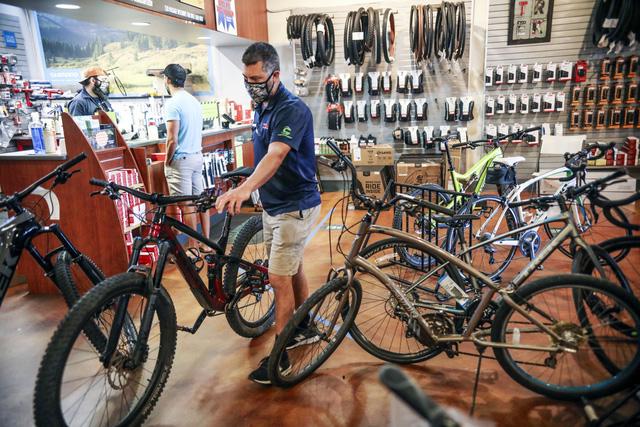 """""""Cơn sốt"""" xe đạp trên thế giới kéo dài do khan hiếm linh kiện - Ảnh 1."""