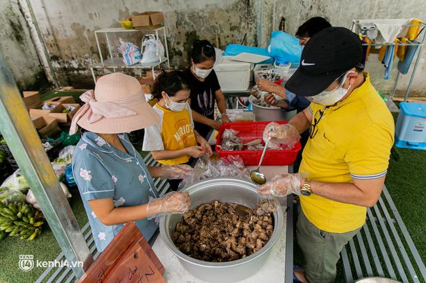 Chuyện cư dân chung cư ở Sài Gòn nấu hàng trăm suất ăn mỗi ngày tiếp sức các Bệnh viện dã chiến: Những người tham gia phải có xét nghiệm âm tính - Ảnh 1.
