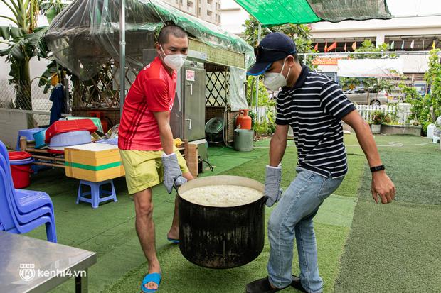 Chuyện cư dân chung cư ở Sài Gòn nấu hàng trăm suất ăn mỗi ngày tiếp sức các Bệnh viện dã chiến: Những người tham gia phải có xét nghiệm âm tính - Ảnh 2.