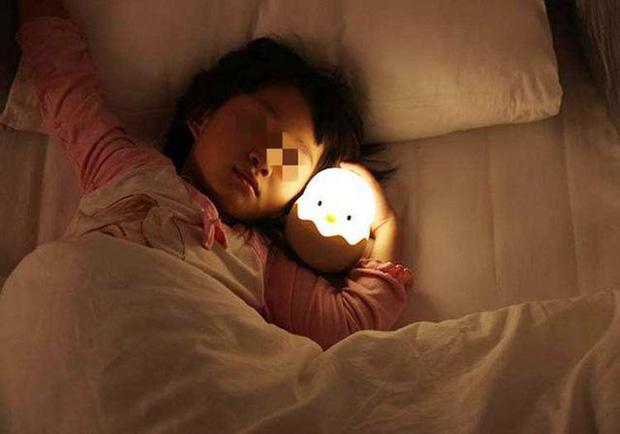 Bé gái 2 tuổi bị dậy thì sớm, mức độ phát triển hormone ngang với trẻ 10 tuổi, nguyên nhân xuất phát từ đồ vật luôn hiện hữu trong phòng ngủ của mỗi gia đình - Ảnh 2.