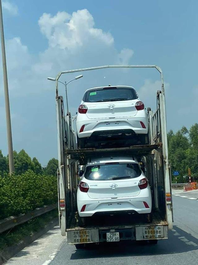 Hyundai Grand i10 2021 vận chuyển về đại lý - Đối thủ đe dọa vua phân khúc VinFast Fadil - Ảnh 1.