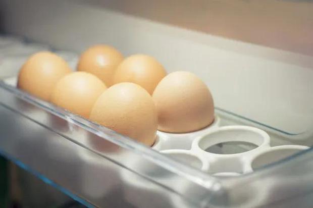 4 sai lầm khi lưu trữ và ăn trứng mà nhiều người mắc phải, không những làm mất chất dinh dưỡng mà còn gây ra nhiễm khuẩn - Ảnh 1.