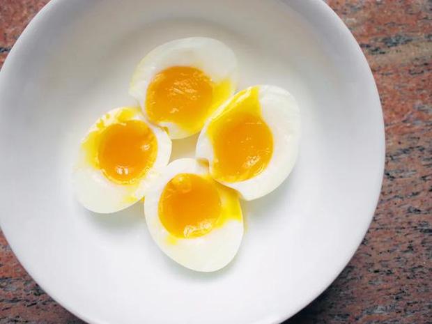 4 sai lầm khi lưu trữ và ăn trứng mà nhiều người mắc phải, không những làm mất chất dinh dưỡng mà còn gây ra nhiễm khuẩn - Ảnh 2.