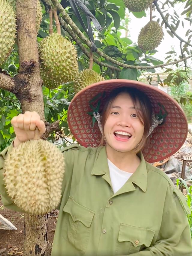 Bỏ Sài Gòn về quê làm vườn, cô nàng gây sốt với loạt clip viral: Sầu riêng, bơ trĩu quả, xem mà không thể kìm lòng! - Ảnh 2.