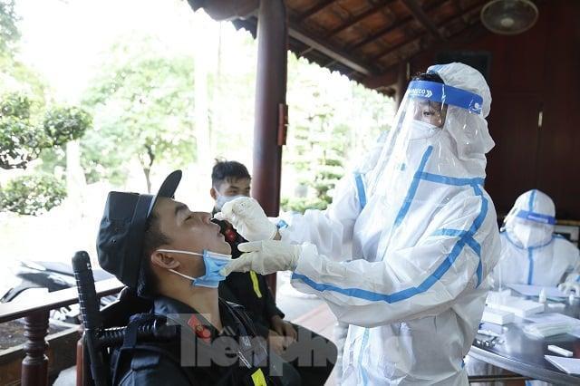 Cận cảnh hàng trăm cảnh sát cơ động chi viện cho TPHCM và Bình Dương chống dịch - Ảnh 3.