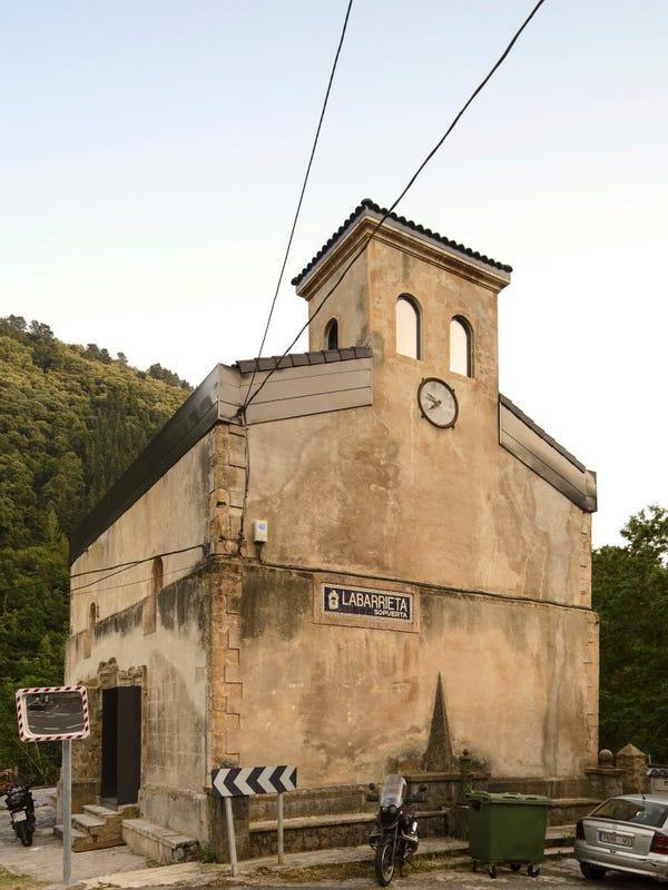 Góc lột xác bất ngờ: Nhà thờ bị bỏ hoang từ thế kỷ 16 đã được cải tạo thành ngôi nhà cá tính đến bất ngờ, sự độc đáo khiến ai cũng say lòng - Ảnh 1.