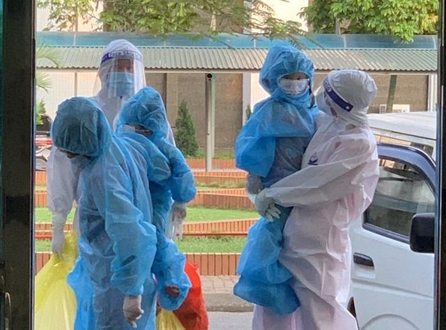 Hướng dẫn mới nhất về cách ly của Bộ Y tế: Cha mẹ được đi cùng trẻ đến cơ sở y tế điều trị COVID-19 - Ảnh 1.