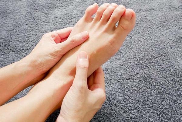 6 dấu hiệu dễ thấy ở bàn chân cảnh báo bạn có thể đang mang trọng bệnh: Ai hay chuột rút, lạnh chân cần rất để ý  - Ảnh 3.
