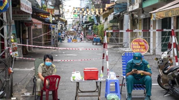 Không phát tiền quy mô lớn như các quốc gia phát triển, Việt Nam đã làm gì cho người dân? - Ảnh 3.