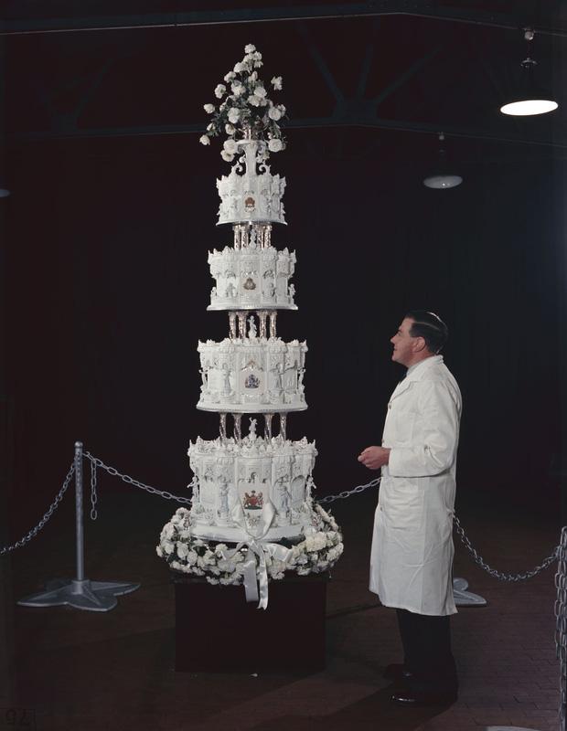 Điều ít biết về chiếc bánh cưới của Nữ hoàng Anh, ẩn chứa bí quyết đặc biệt sau 68 năm vẫn ăn được như thường  - Ảnh 3.