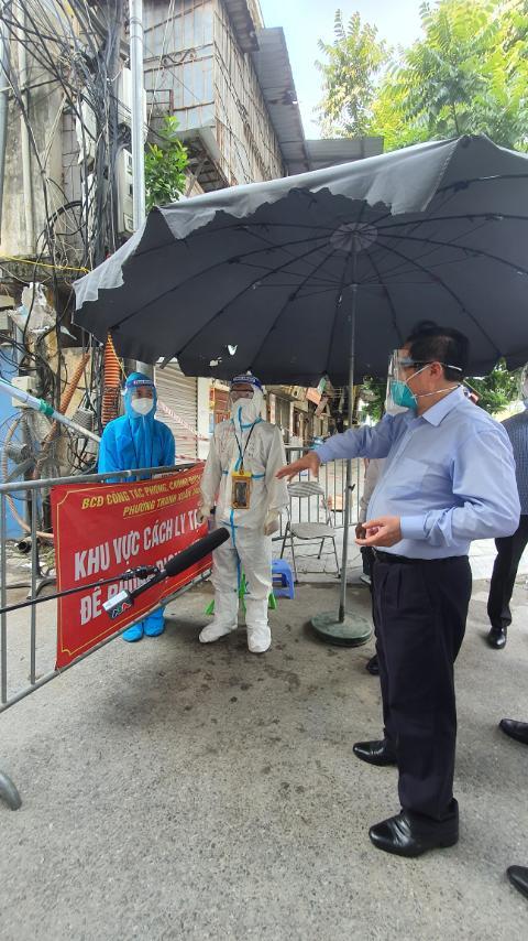 Thủ tướng bất ngờ đi kiểm tra ổ dịch lớn nhất Hà Nội phát hiện Sở chỉ huy không người trực, phường Thanh Xuân Trung chưa có Bí thư - Ảnh 3.