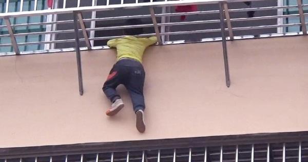 Tai nạn thương tâm ở nhà cao tầng đã quá nhiều, các bậc cha mẹ phải làm ngay việc này để giữ an toàn cho trẻ nhỏ  - Ảnh 1.