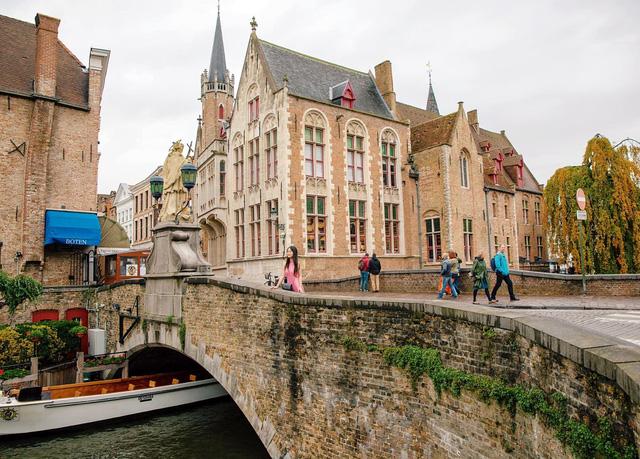 Một vòng khám phá Brugge, Bỉ trước Covid-19: Thành phố đẹp như tranh, những con kênh thơ mộng uốn quanh những toà nhà cổ kính - Ảnh 1.