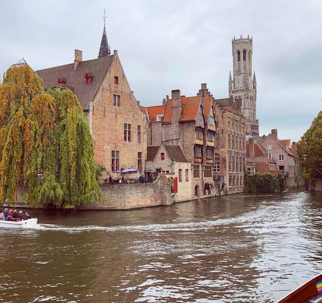 Một vòng khám phá Brugge, Bỉ trước Covid-19: Thành phố đẹp như tranh, những con kênh thơ mộng uốn quanh những toà nhà cổ kính - Ảnh 3.