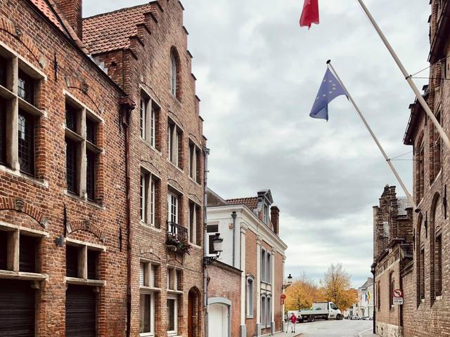 Một vòng khám phá Brugge, Bỉ trước Covid-19: Thành phố đẹp như tranh, những con kênh thơ mộng uốn quanh những toà nhà cổ kính - Ảnh 9.