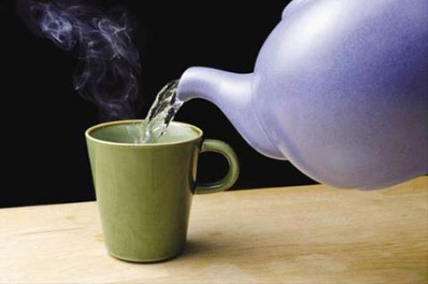 Thói quen uống nước nóng pha với nước lạnh sẽ gây hại nếu bạn không nắm rõ 3 điều quan trọng này: vi khuẩn sinh sôi, cơ thể mắc bệnh - Ảnh 4.