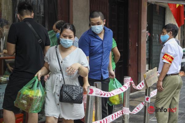 Thị trường bánh Trung thu Hà Nội, nơi xếp hàng dài chờ mua, nơi lại vắng khách - Ảnh 2.