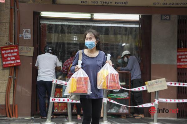 Thị trường bánh Trung thu Hà Nội, nơi xếp hàng dài chờ mua, nơi lại vắng khách - Ảnh 4.