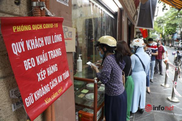 Thị trường bánh Trung thu Hà Nội, nơi xếp hàng dài chờ mua, nơi lại vắng khách - Ảnh 7.