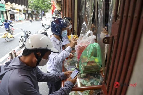 Thị trường bánh Trung thu Hà Nội, nơi xếp hàng dài chờ mua, nơi lại vắng khách - Ảnh 8.