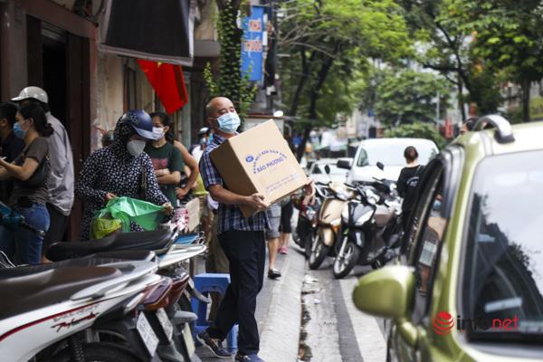 Thị trường bánh Trung thu Hà Nội, nơi xếp hàng dài chờ mua, nơi lại vắng khách - Ảnh 10.