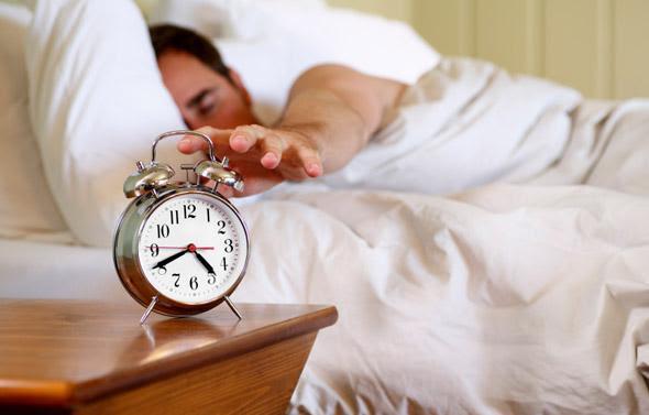 Tại sao 1 giờ đồng hồ sau khi thức dậy là 'giờ vàng' trong ngày? Có 3 việc sau khi thức dậy cần tránh làm ngay để tinh thần luôn tỉnh táo và tăng năng suất làm việc - Ảnh 2.