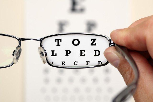 Nhiều người đổ xô đi tìm thuốc nhỏ mắt chữa cận thị: Chuyên gia bóc trần sự thật phía sau - Ảnh 1.