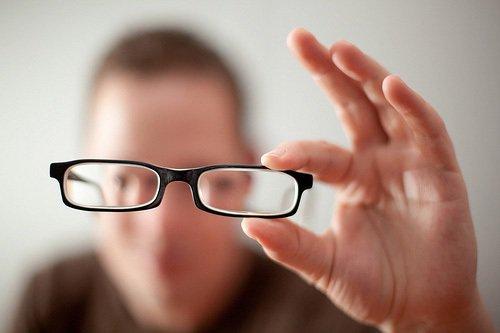 Nhiều người đổ xô đi tìm thuốc nhỏ mắt chữa cận thị: Chuyên gia bóc trần sự thật phía sau - Ảnh 2.