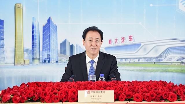 Từ trẻ mồ côi, Hứa Gia Ấn gây dựng đế chế BĐS lớn nhất Trung Quốc, từng  tham vọng thành nhà sản xuất xe điện hàng đầu thế giới nhưng giờ đây đứng trên bờ vực phá sản và cú sốc giảm giá BĐS lớn nhất Trung Quốc - Ảnh 1.