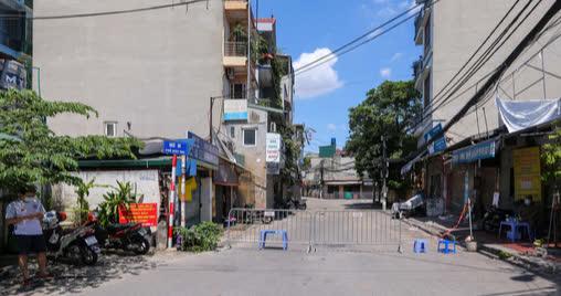 CLIP: Phong toả 1 khu dân cư có ca nhiễm SARS-CoV-2 là người bán rau củ quả online  - Ảnh 2.