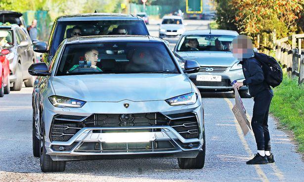 Đang lái Lamborghini Urus trên đường, Ronaldo thực hiện một hành động khiến ai cũng khen hết lời  - Ảnh 2.
