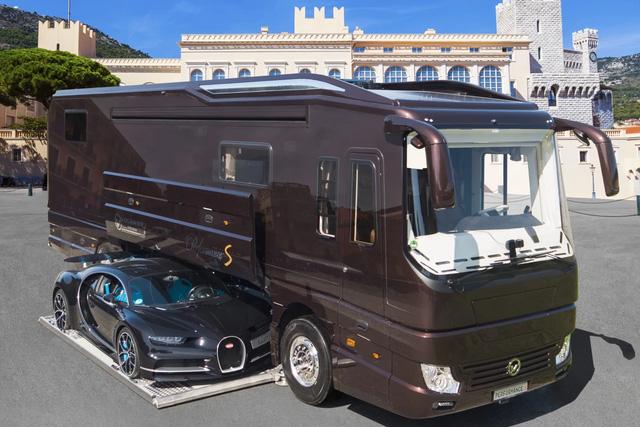 Thú chơi mobihome xa xỉ hết nấc của giới siêu giàu: Nội thất như căn hộ hạng sang, giấu nguyên chiếc Bugatti Chiron 3 triệu USD dưới gầm - Ảnh 1.