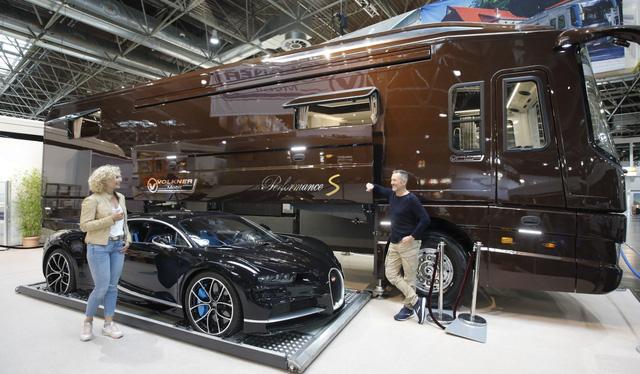 Thú chơi mobihome xa xỉ hết nấc của giới siêu giàu: Nội thất như căn hộ hạng sang, giấu nguyên chiếc Bugatti Chiron 3 triệu USD dưới gầm - Ảnh 2.