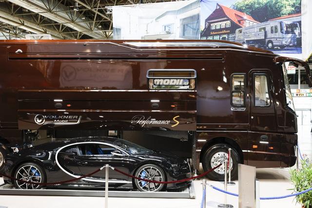 Thú chơi mobihome xa xỉ hết nấc của giới siêu giàu: Nội thất như căn hộ hạng sang, giấu nguyên chiếc Bugatti Chiron 3 triệu USD dưới gầm - Ảnh 7.