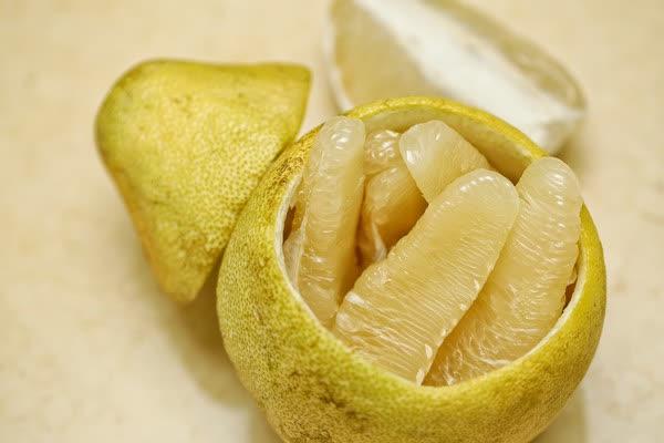 5 nhóm người kỵ với trái bưởi, tuyệt đối không nên ăn, bác sĩ nhấn mạnh: Bưởi rất tốt nhưng ăn sai cách có thể gây tử vong - Ảnh 1.