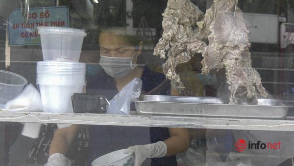 Hà Nội: Nhà hàng, quán cà phê mở cửa dè dặt, lo thu tiền lẻ cầm chắc lỗ - Ảnh 1.