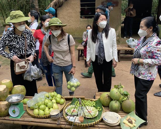 Rục rịch tái khởi động, du lịch Việt sống chung với COVID-19 - Ảnh 1.