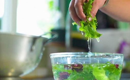 Làm thêm bước này sau khi rửa rau củ quả, nhiều người tin giúp diệt khuẩn siêu tốt nhưng chuyên gia lại lên tiếng bác bỏ! - Ảnh 1.