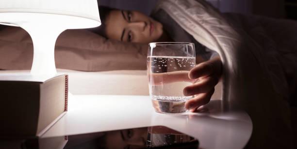 """Đắng miệng, khô cổ họng làm bạn """"mất ngủ"""" mỗi đêm: Đừng chủ quan, đó có thể là dấu hiệu của 5 vấn đề sức khỏe nghiêm trọng này - Ảnh 1."""