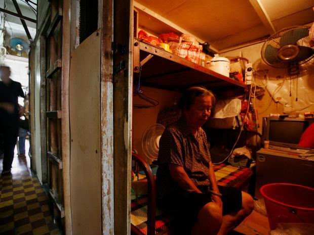 Giá nhà tăng cao chóng mặt, nhiều người buộc phải sống trong các căn hộ quan tài ở Hong Kong, kích thước chỉ bằng 2 chiếc giường - Ảnh 3.