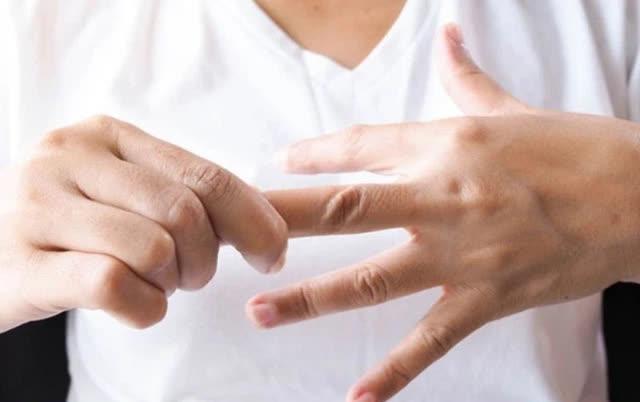 Nắm chặt tay 30 giây, biết rõ tình trạng sức khoẻ: Đau ngón cái liên quan tới phổi, đau ngón giữa rất có thể tim bạn có vấn đề... - Ảnh 3.