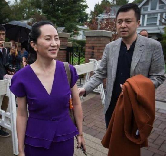 """Màn tỏ tình giữa sân bay đông người của chồng """"công chúa Huawei"""" gây sốt, dân mạng cảm thán như """"ngôn tình đời thực"""" - Ảnh 3."""