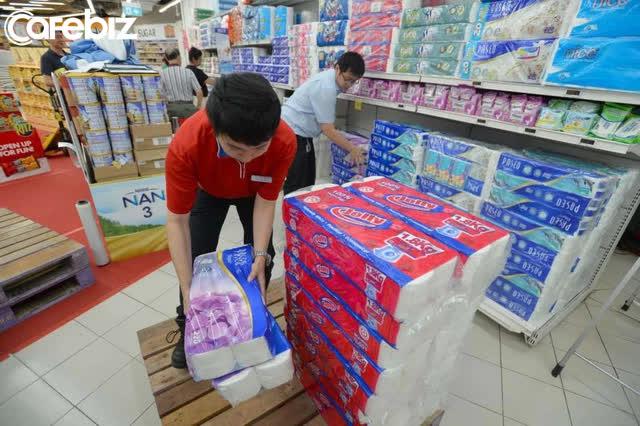 Sự thật đằng sau công việc mưa không đến mặt nắng không đến đầu của nhân viên bán hàng tại siêu thị mini - Ảnh 2.