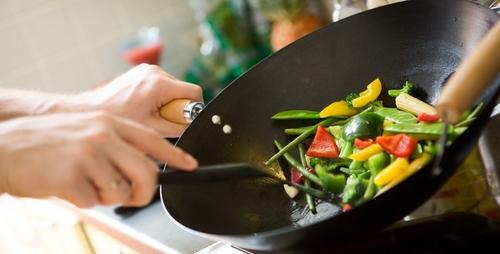 Dùng chảo chống dính hết date để nấu nướng, nhiều người bỏ qua bước quan trọng này, chuyên gia liền lên tiếng ngay - Ảnh 2.