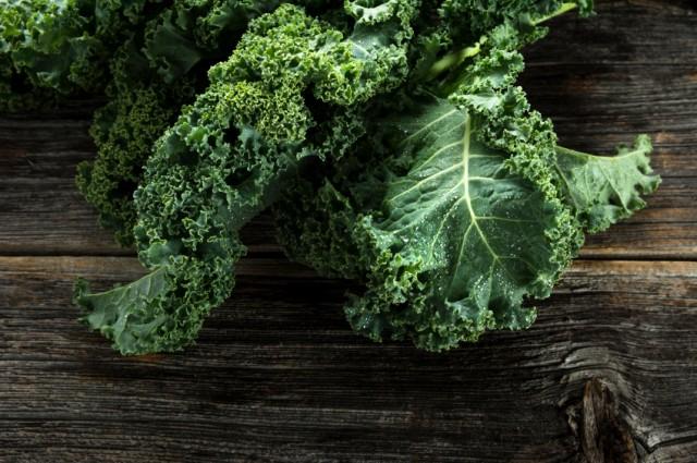 Cải xoăn: Chắc hẳn bạn đã biết, tất cả các loại rau lá xanh đều tốt cho sức khỏe và cải xoăn thuộc top đầu trong số đó. Theo MindBodyGreen, loại rau lá xanh này chứa rất nhiều sắt, chất xơ, chất chống oxy hóa và vitamin A, C, K, có thể giúp bổ sung chất dinh dưỡng và bảo vệ cơ thể toàn diện.